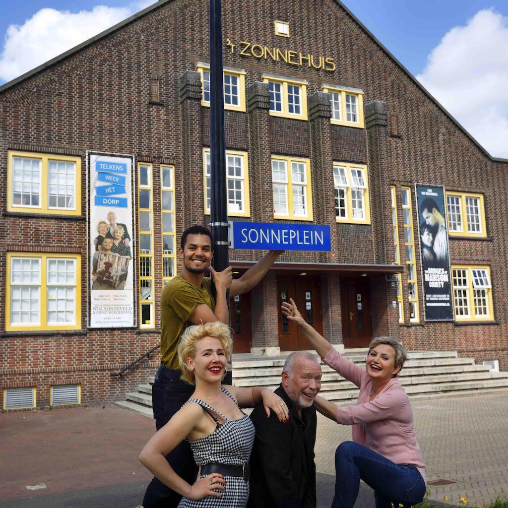Cast Sonneveld-hommage 'Telkens weer Het dorp' doopt Zonneplein om tot Sonneplein