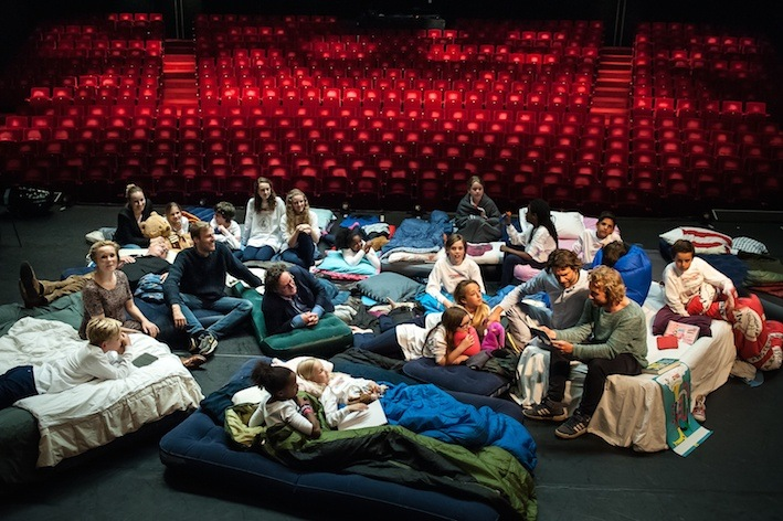 Fotobericht: Kinderen slapen in het DeLaMar Theater