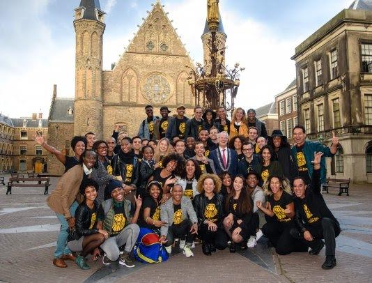 gemeester verwelkomt cast The Lion King op het Binnenhof