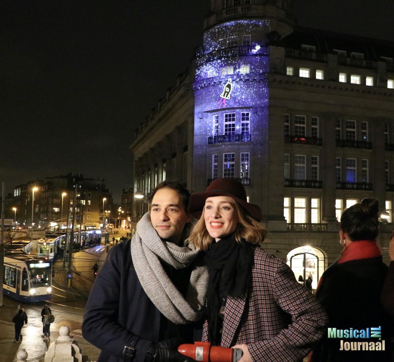 Hoofdrolspelers 'Lazarus' onthullen groots eerbetoon aan David Bowie op het Leidseplein in Amsterdam