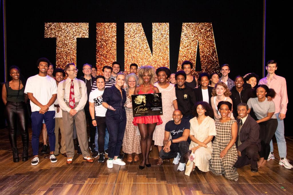 Samantha Steenwijk verrast cast 'TINA - De Tina Turner Musical' met eerste exemplaar Nederlands castalbum
